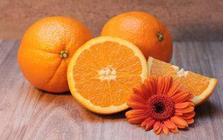 Appelsiinin sisältämä bromelaiini-entsyymi poistaa pinnallisia tahroja ja ehkäisee plakin kertymistä.