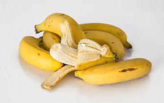 Banaanin mineraalit imeytyvät hampaiden pintaan saaden ne näyttämään valkoisemmilta.