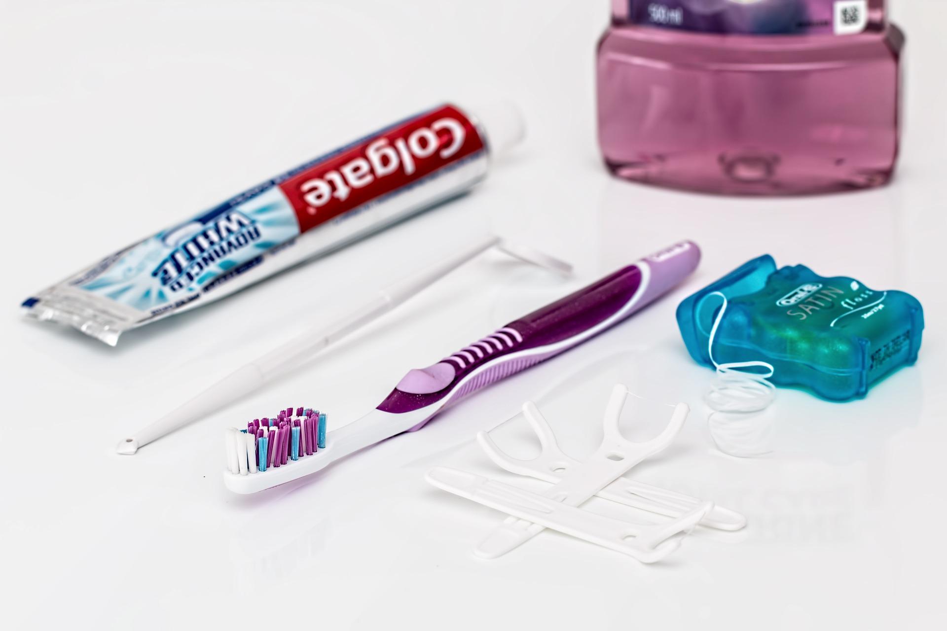 Hampaidenhoitovälineitä: hammasharja ja -tahna, hammaslanka ja kielikaavin