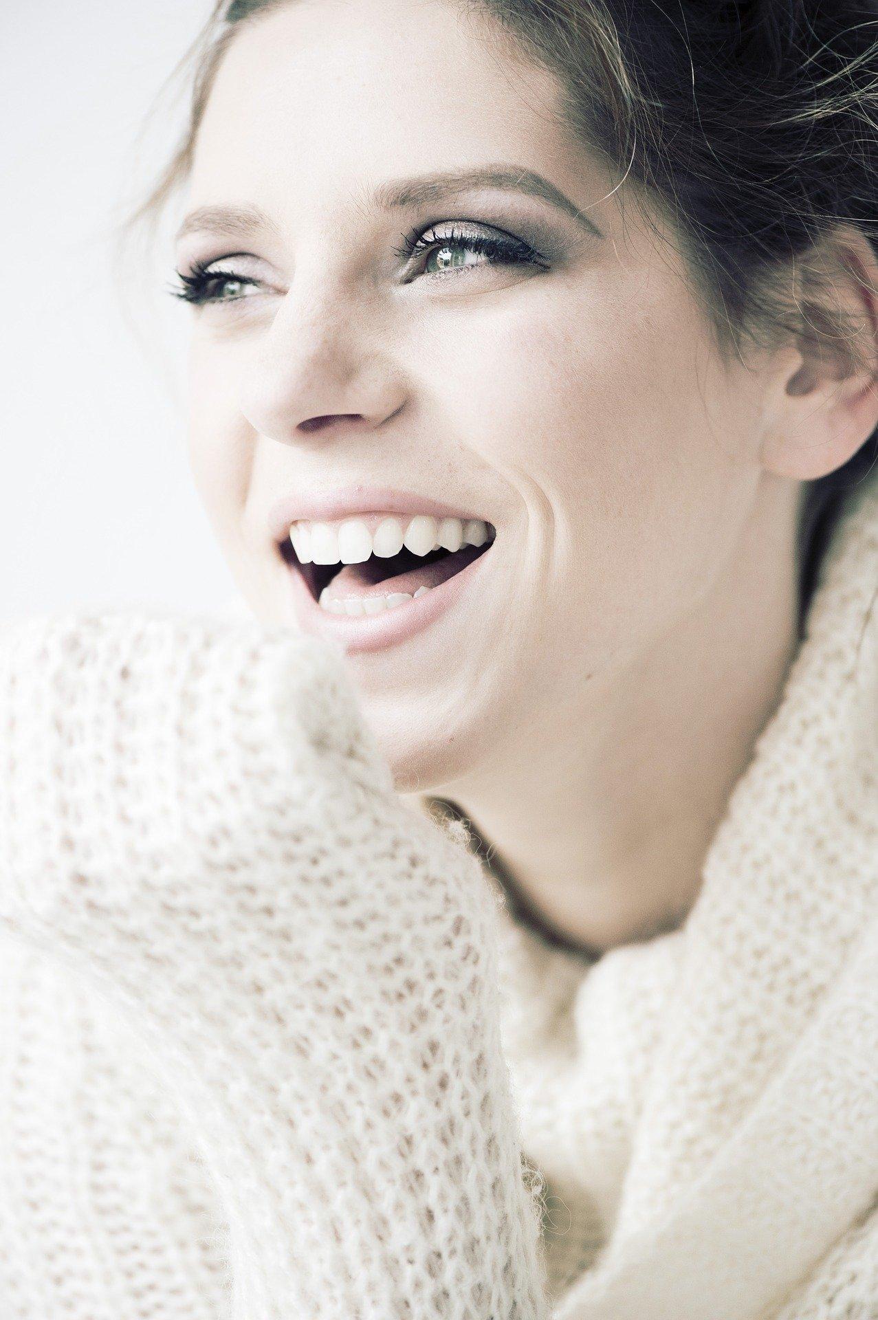 Kuva naisesta, jolla on valkoiset hampaat ja kaunis hymy